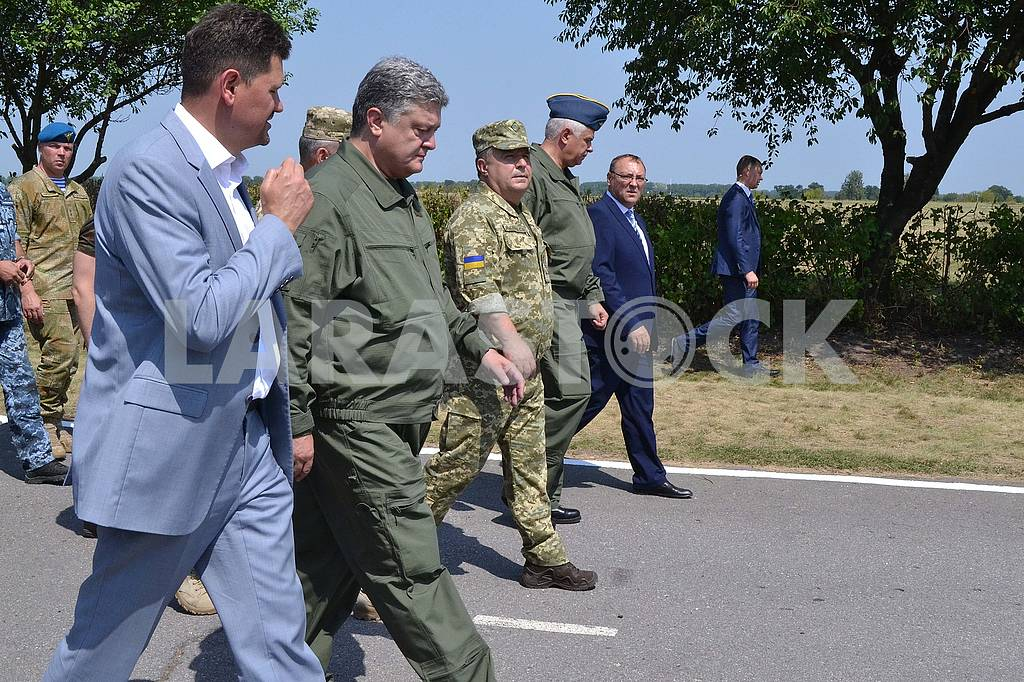 Petr Poroshenko in Vinnitsa on the Day of the Air Force of Ukraine, August 5, 2017 — Image 60775
