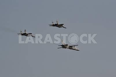 Бомбардировщик Су-24 из состава 7 бригады тактической авиации в сопровождении двух истребителей