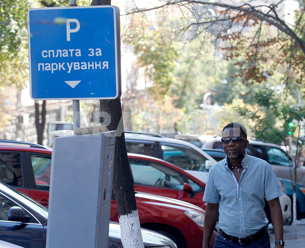 Black man near the parking lot — Image 60864