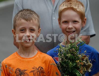 Мальчики с  букетом