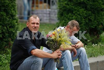 Мужчиины с букетом