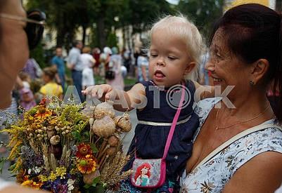 Женщина и девочка с букетом