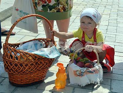 Девочка с корзинками