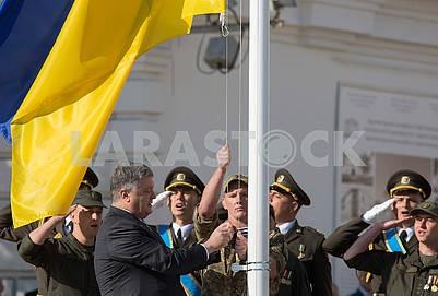Петр Порошенко поднимает флаг