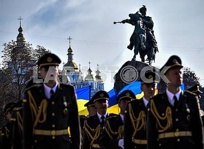 Military near the monument to Bogdan Khmelnyky