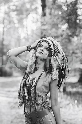 Молодая женщина, одетая в индийском стиле в лесу привлекательный индийский портрет женщины на открытом воздухе. Фон с свободным текстовым пространством