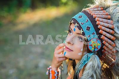 Индийская женщина на открытом воздухе на закате. Родной американский стиль. Фон с бесплатным текстовым пространством Молодая женщина, одетые в индийском стиле в лесу Портрет молодой леди в индийской плотвы
