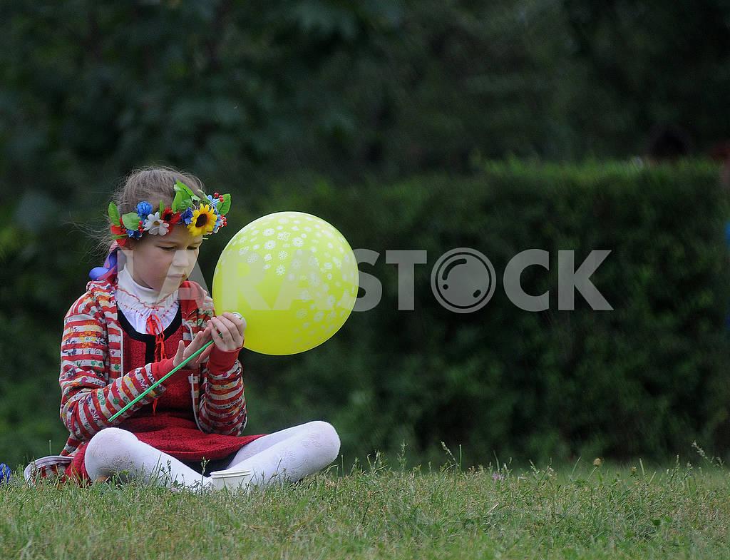 Girl holding a balloon — Image 61760