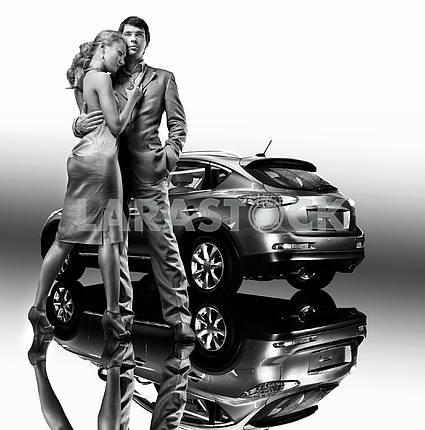 Молодая красивая пара под машину