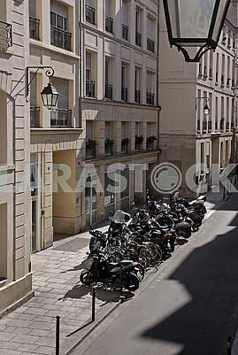 Вид сверху на тесную стоянку с мотоциклами