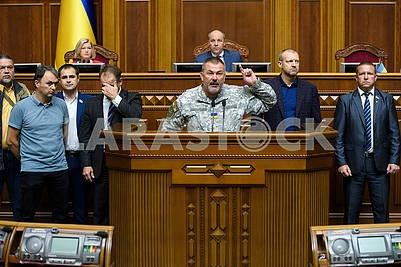 Депутаты окружили трибуну