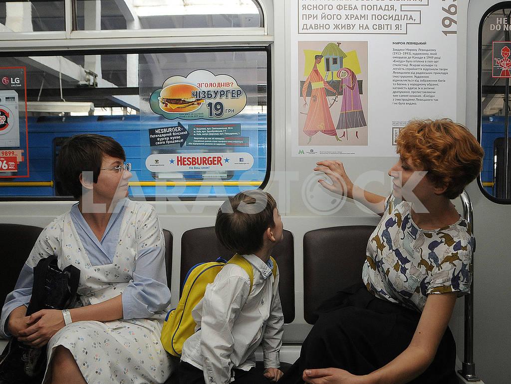 Пассажиры рассматривают постер — Изображение 62335