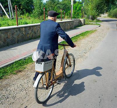 Деревянный велосипед в Карпатах