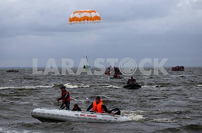 Спасателеи на лодке