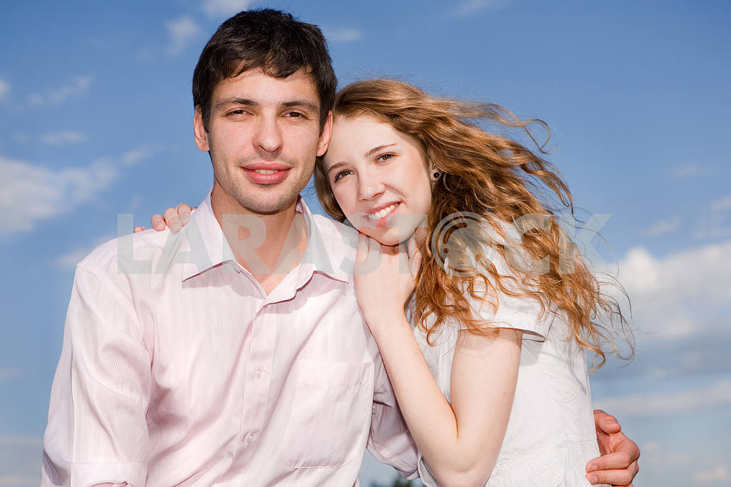 Portrait of a young happy couple against a backdrop of blue sky — Image 6243