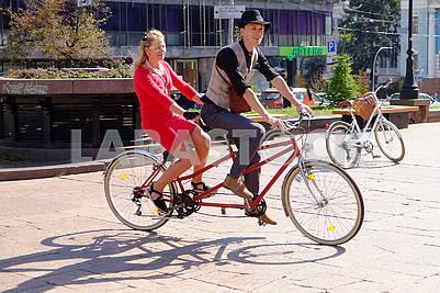 Участники велопарада, тандем
