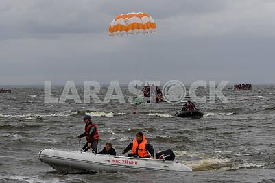 Спасатели ГСЧС на лодке