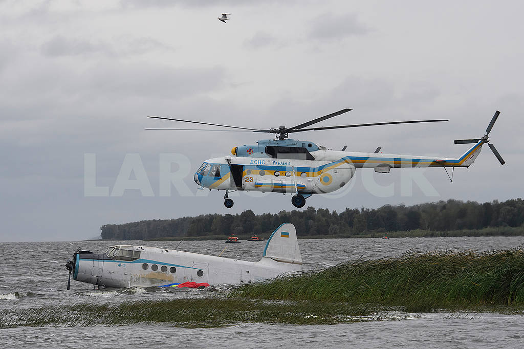 Helicopter and airplane on the water — Image 62483