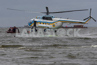 Вертолет ГСЧС над Киевским морем