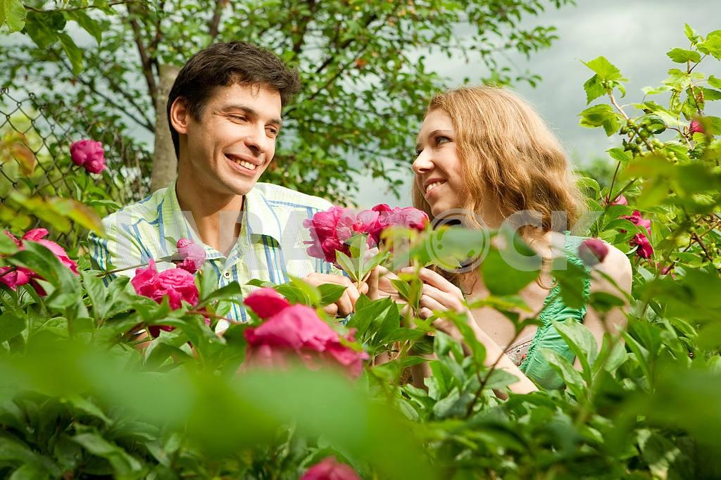 Молодые любви пара, улыбаясь в голубое небо — Изображение 6253