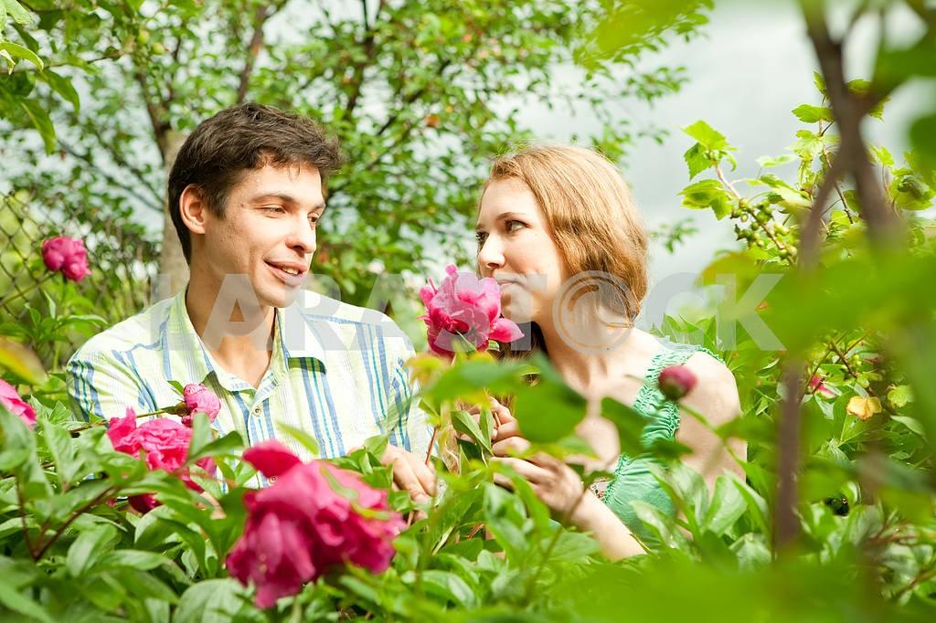 Молодые любви пара, улыбаясь в голубое небо — Изображение 6255