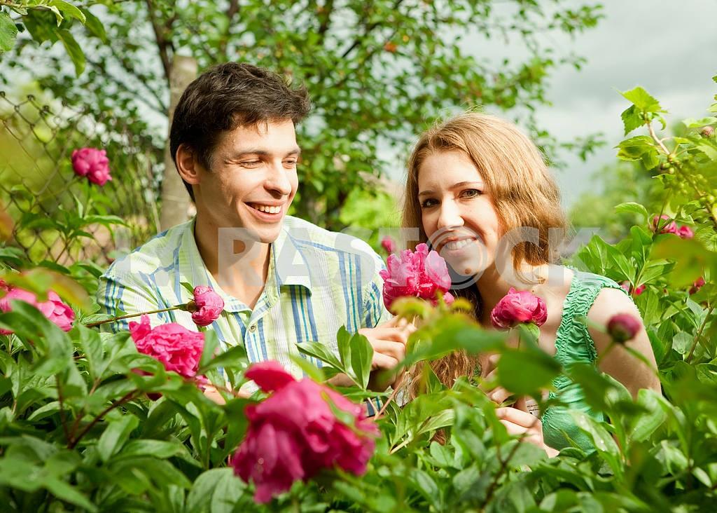 Молодые любви пара, улыбаясь в голубое небо — Изображение 6256