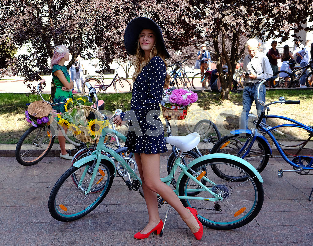 Девушка с велосипедом — Изображение 62563