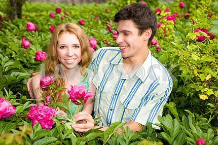 Молодые любви пара улыбается