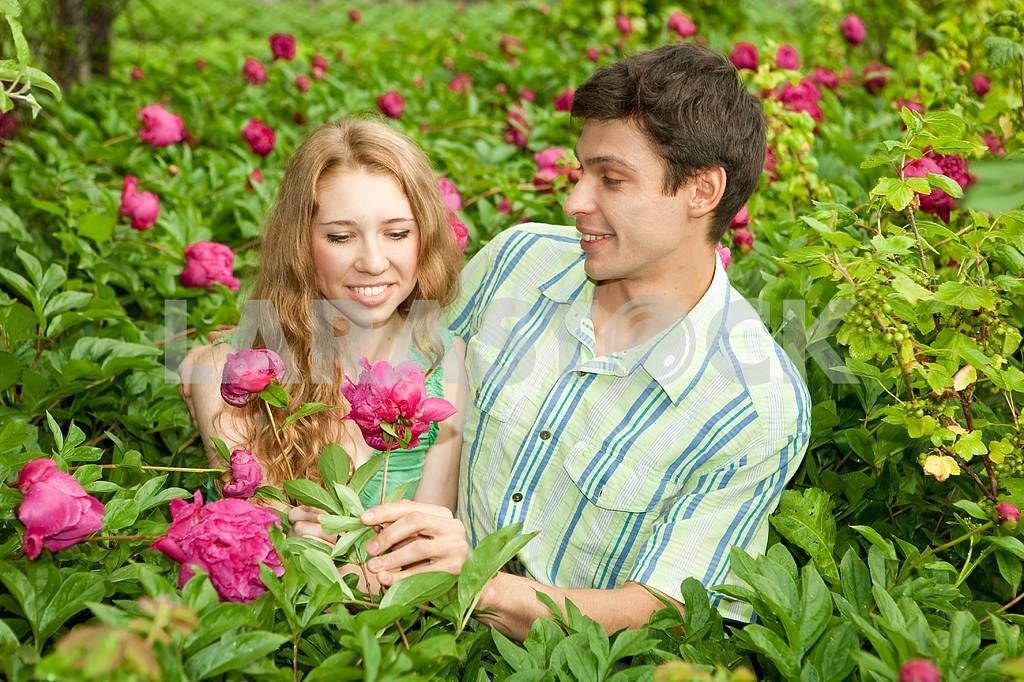 Молодые любви пара, улыбаясь в голубое небо — Изображение 6260