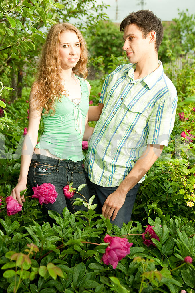 Молодые любви пара, улыбаясь в голубое небо — Изображение 6261