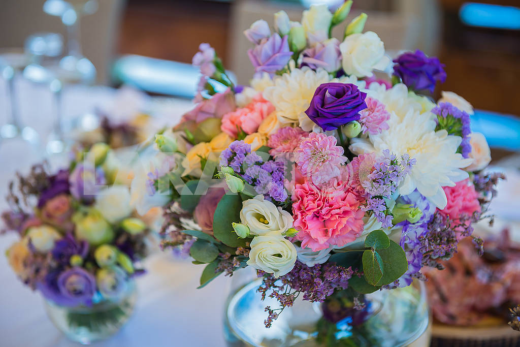 The decoration for the wedding table - violet flowers in the transparent vase — Image 62757