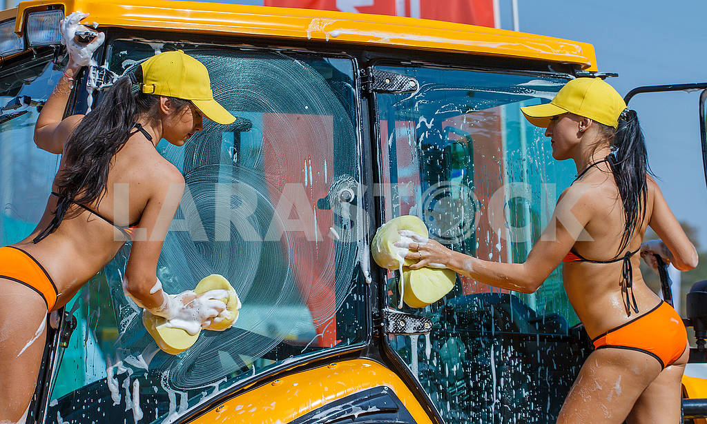 Girls washcloths and shampoo wash bikini excavator washing. — Image 62795