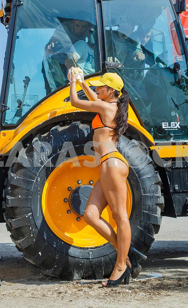 Girls washcloths and shampoo wash bikini excavator washing. — Image 62800