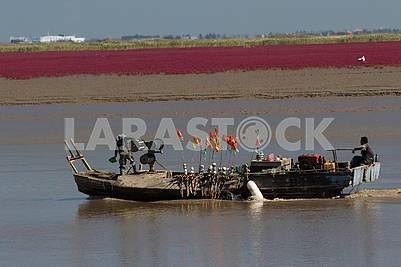 Китайские рыбаки на катере