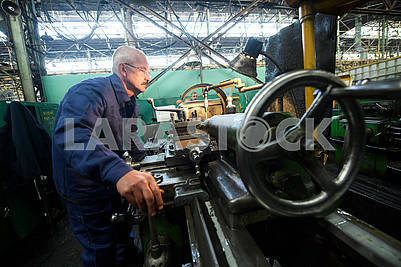 Worker at the machine tool