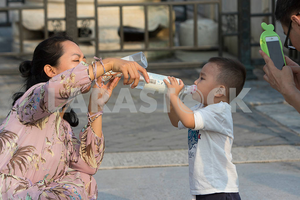 Mother feeds her son — Image 62977
