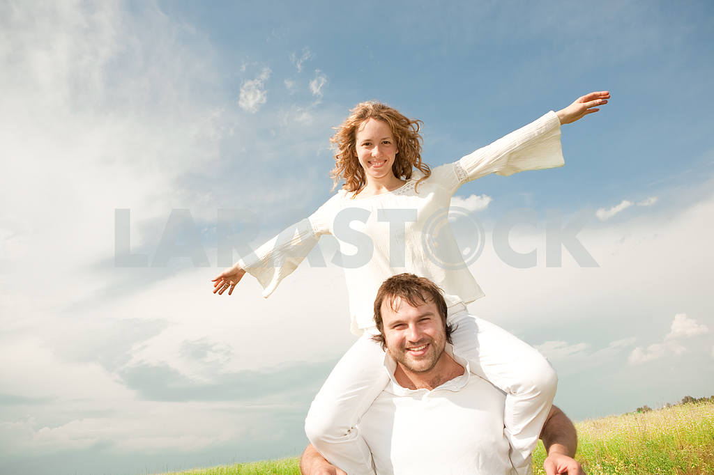 Молодые любви пара, улыбаясь в голубое небо — Изображение 6307