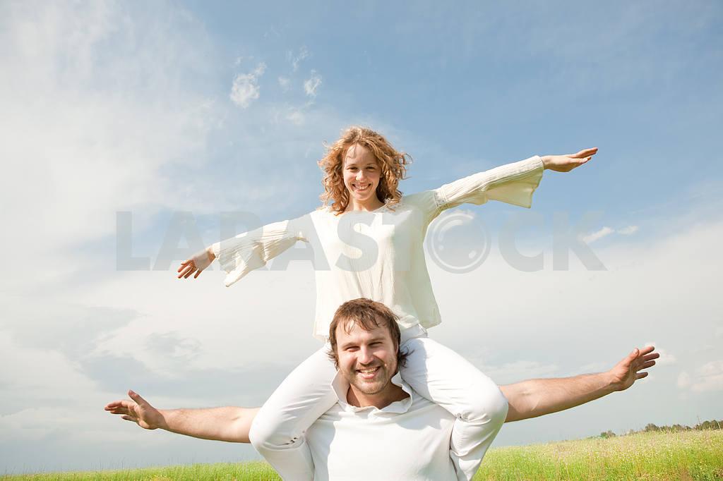 Молодые любви пара, улыбаясь в голубое небо — Изображение 6309