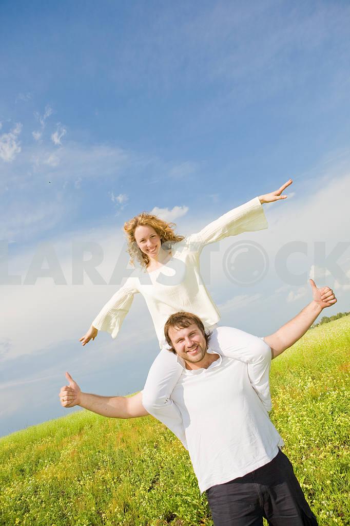 Молодые любви пара, улыбаясь в голубое небо — Изображение 6312