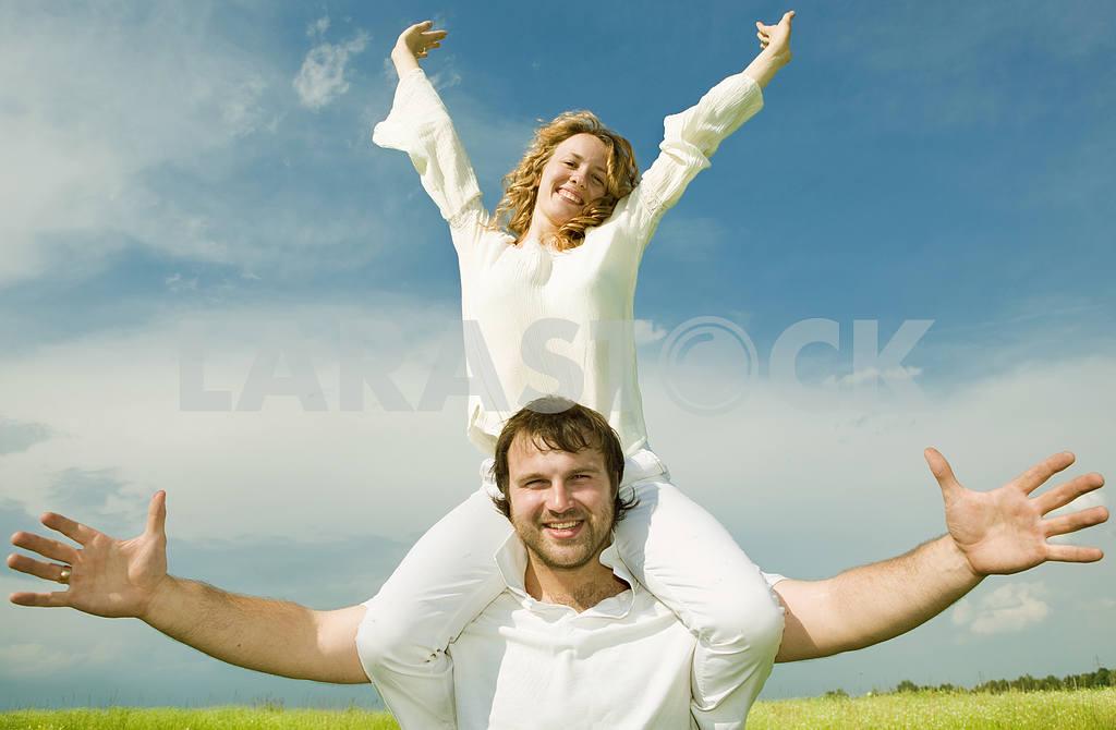 Молодые любви пара, улыбаясь в голубое небо — Изображение 6313