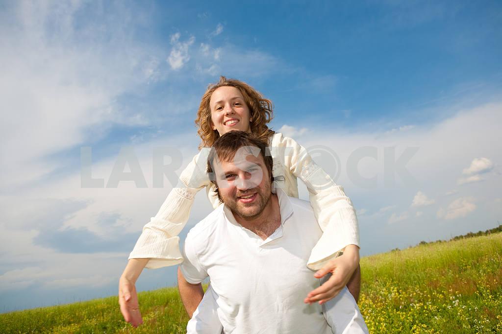 Молодые любви пара, улыбаясь в голубое небо — Изображение 6315