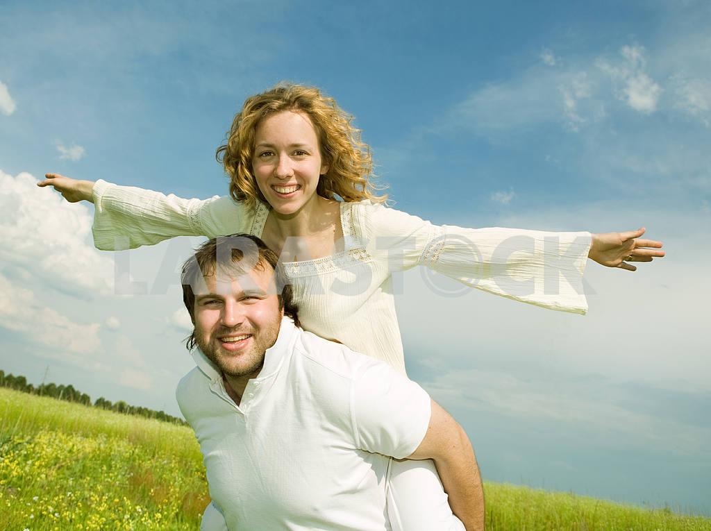 Молодые любви пара, улыбаясь в голубое небо — Изображение 6322