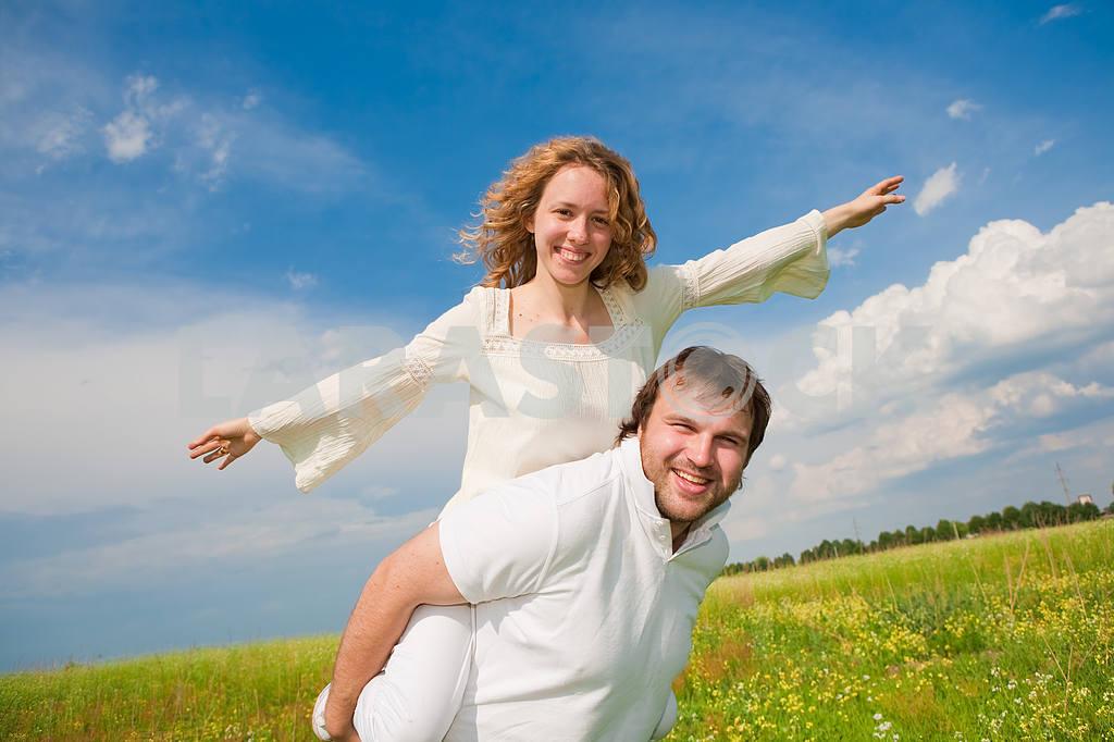 Молодые любви пара, улыбаясь в голубое небо — Изображение 6326
