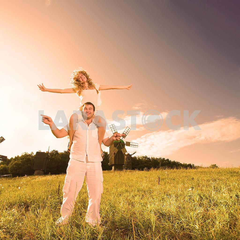 Молодые любви пара, улыбаясь в голубое небо — Изображение 6333