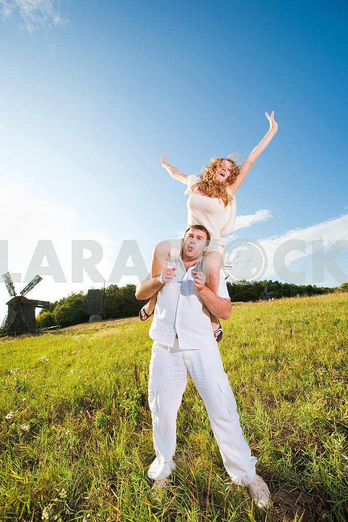 Молодые любви пара, улыбаясь в голубое небо — Изображение 6334