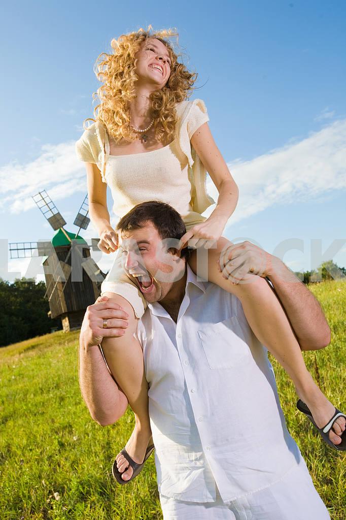 Молодые любви пара, улыбаясь в голубое небо — Изображение 6336