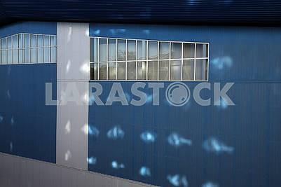 Голубая стена  фасада современного дома