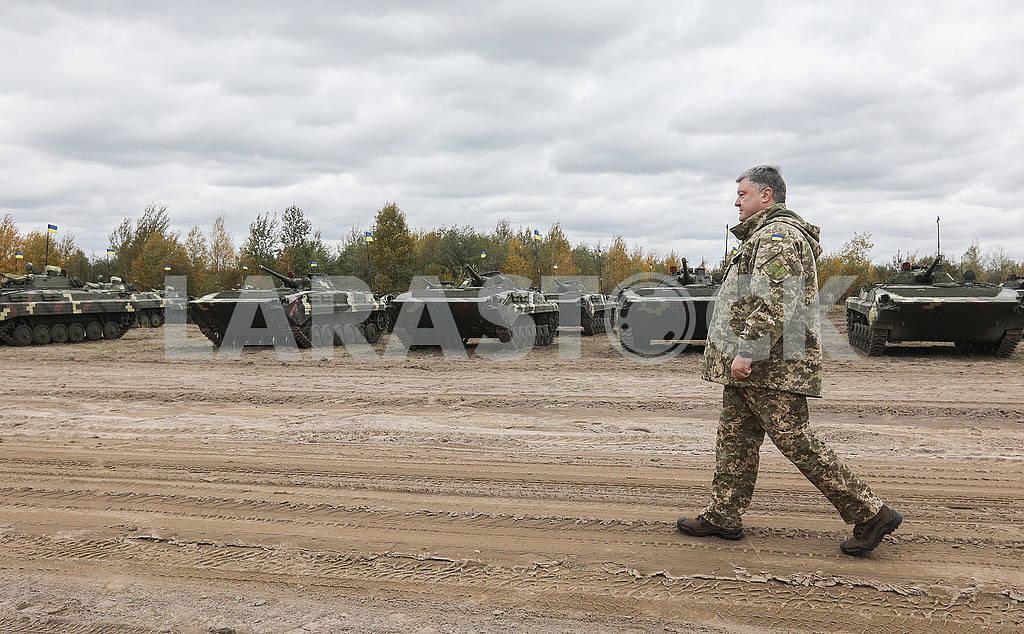Президент проходит вдоль строя БМП — Изображение 63521