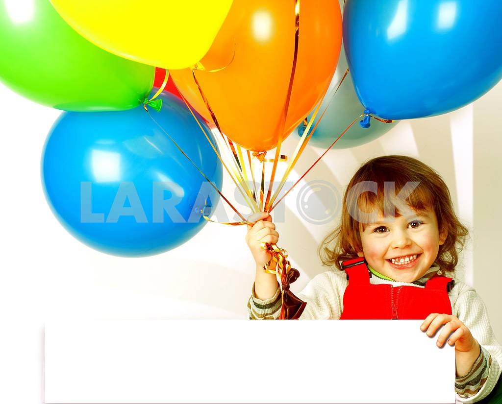 Маленькая девочка в красном с воздушными шарами — Изображение 6394