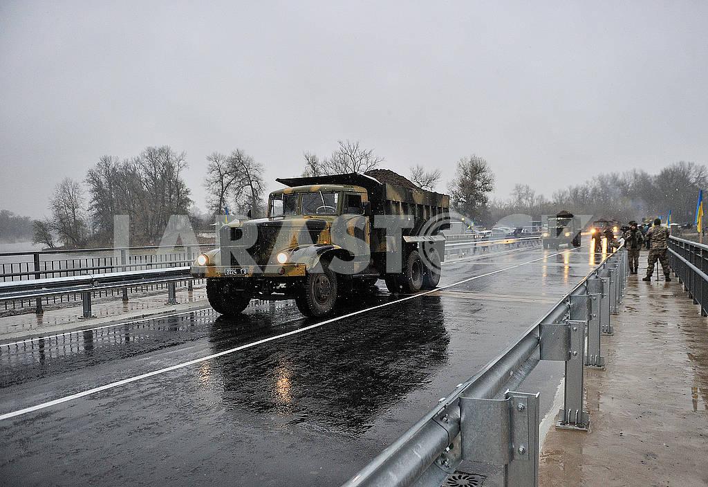 Truck on the bridge — Image 63963